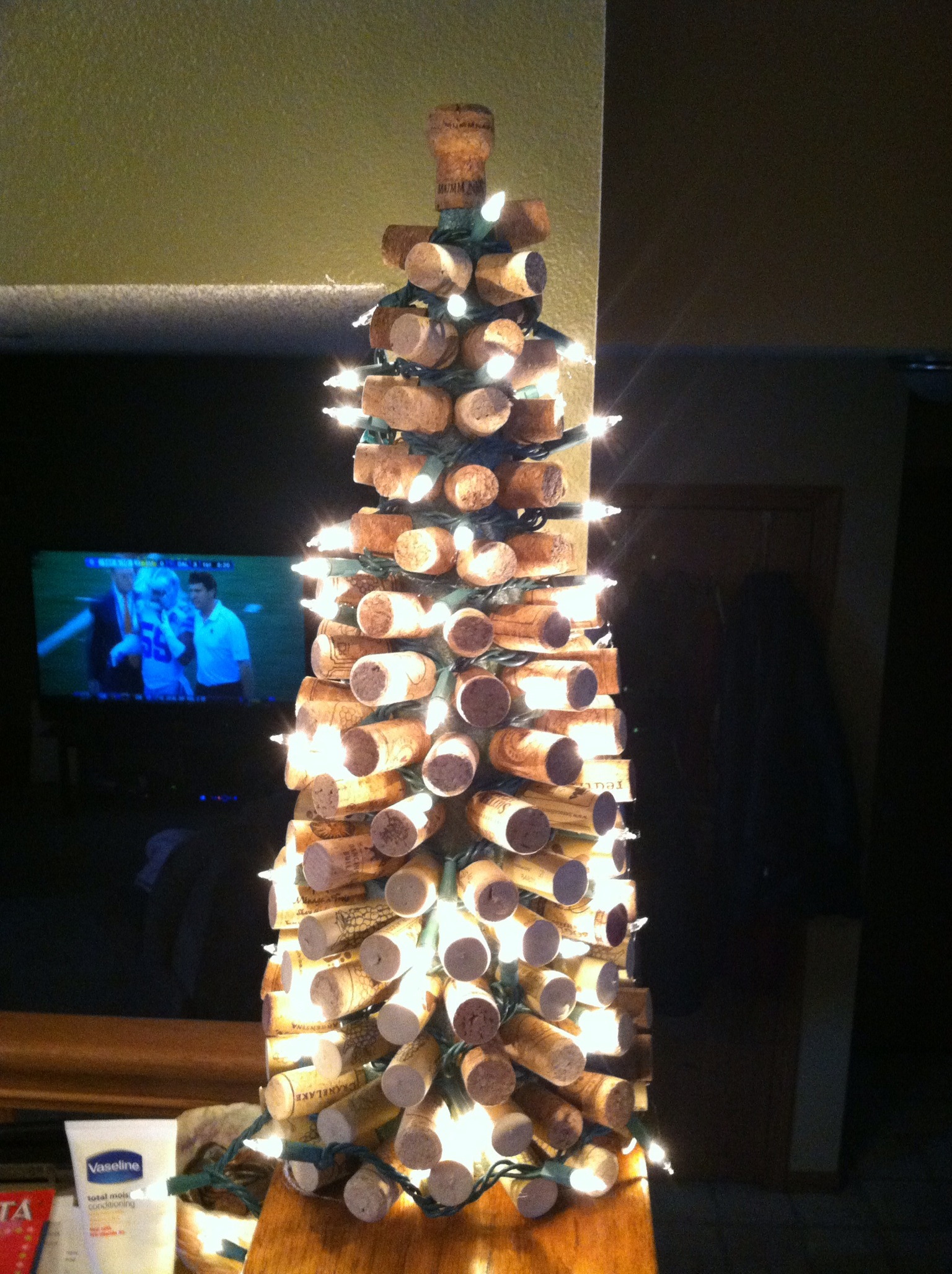 Wine cork christmas tree beckado for How to make a wine tree